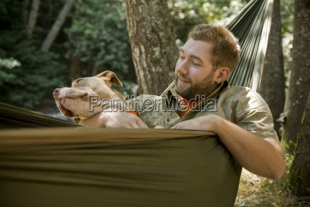 junger mann mit seinem hund in