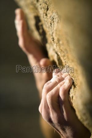 climber haende greifen auf felsen