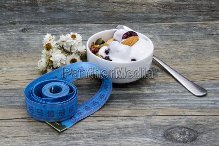 diaetfruehstueck mit granola und joghurt