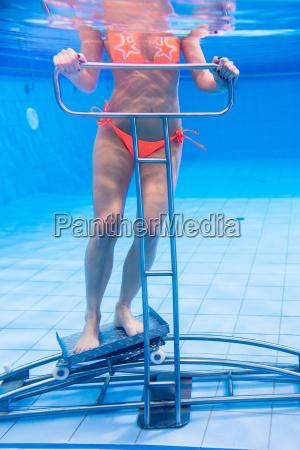 frau in unterwassergymnastik therapie