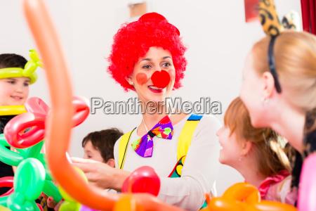 kindergeburtstag mit clown und laerm