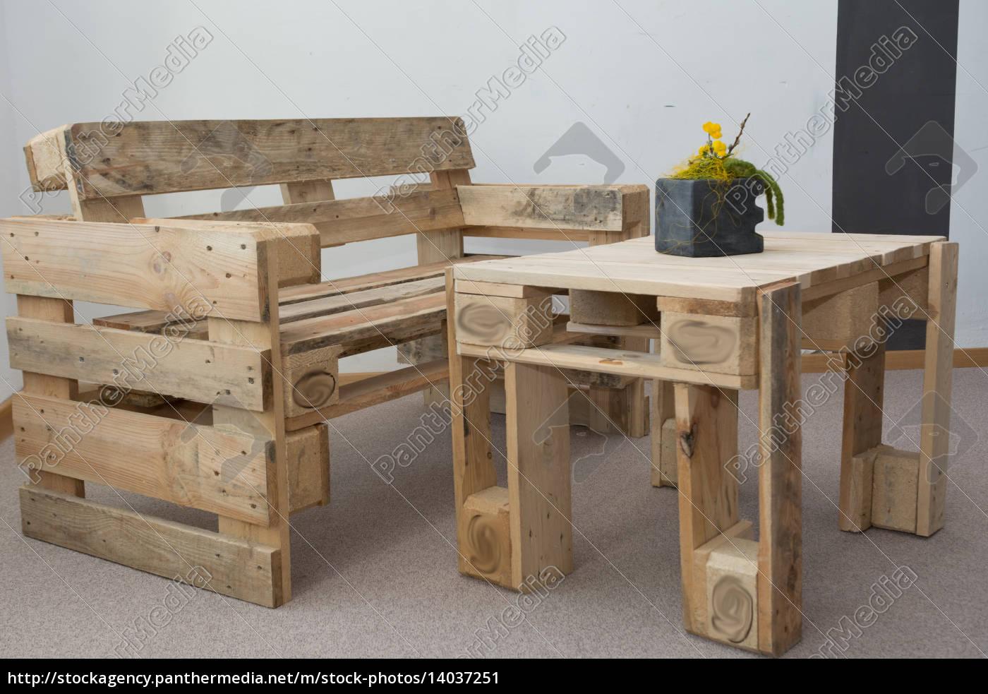 Lizenzfreies Bild 14037251 - robuste Sitzbank und Tisch aus Paletten