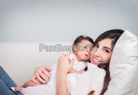 glueckliche mutter mit baby