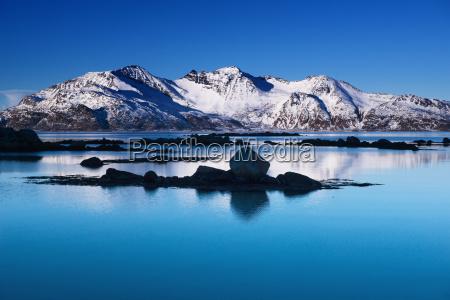 winterlandschaft am grotfjord norwegen