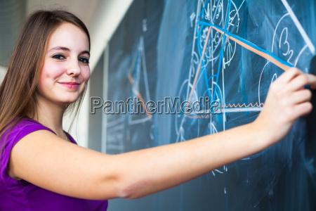 portrait einer ziemlich jungen college studentin