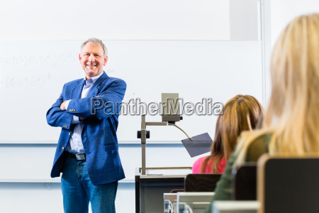 uni professor haelt vorlesung in uni