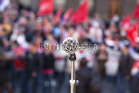 mikrofon im fokus gegen unkenntlich menschenmenge