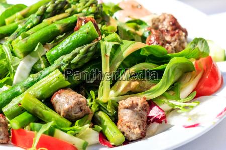 gruener salat mit spargel und italienisch