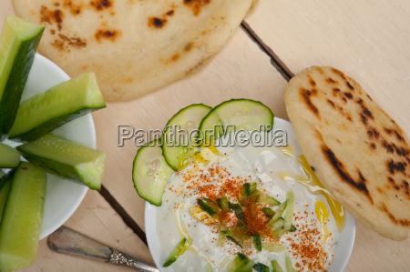 arabischer ziege joghurt und gurkensalat im