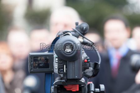 auf einer veranstaltung mit einer videokamera