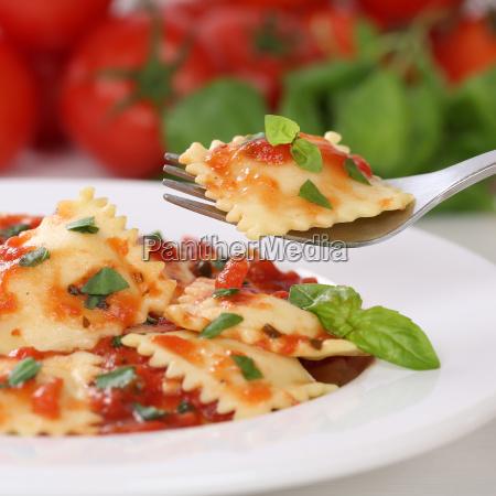 italienisches essen ravioli nudeln mit tomaten