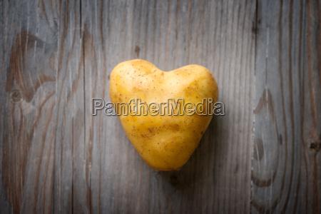 heart shaped goldenen kartoffel