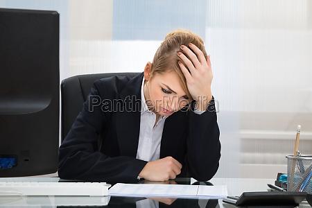 upset geschaeftsfrau im buero