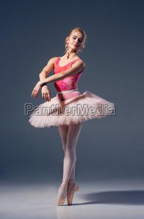 portrait der ballerina in der ballethaltung