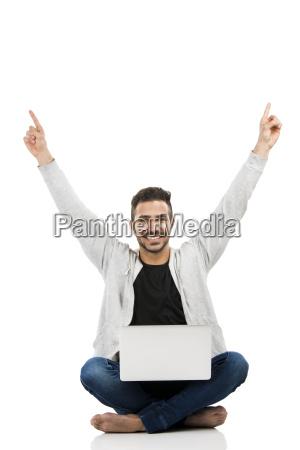 der mann mit einem laptop