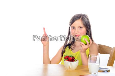 ein kleines maedchen hebt die hand