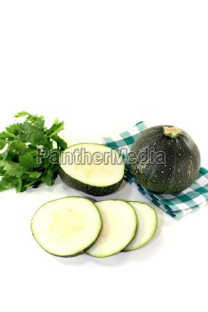 runde rohe zucchini auf einer karierten