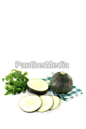 runde rohe zucchini auf einer gruenen