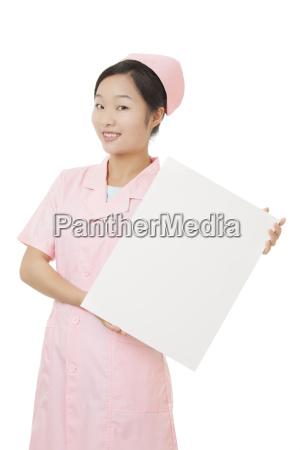 schoene chinesische krankenschwester die eine leere