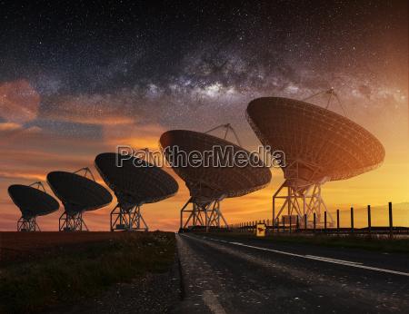radioteleskop sieht in der nacht