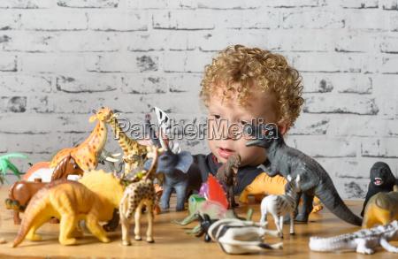 ein kleines kind spielt mit spielzeug