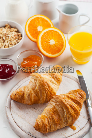 fruehstueck mit leckeren croissants franzoesisch
