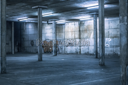 innenraum eines undercover parkplatz
