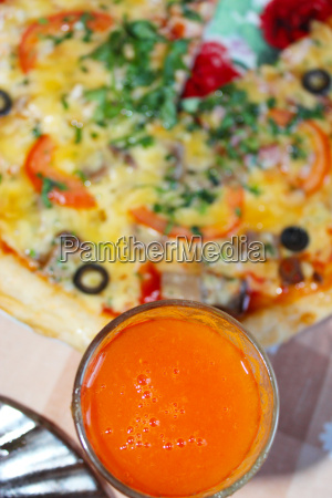 pizza mit tomatensaft