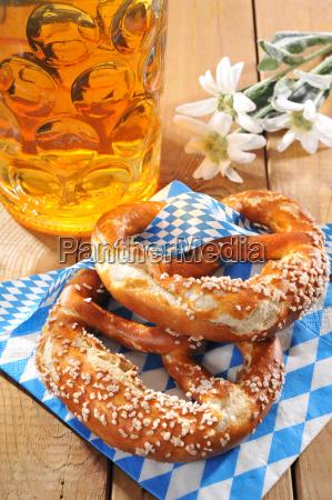 bayerisches oktoberfestbrezen mit bier