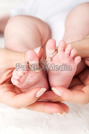 babyfuesse mit hochzeitsringen