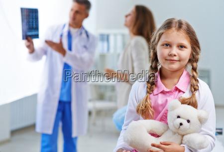 kleines maedchen im krankenhaus