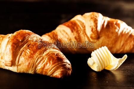 butter und croissant brot auf einer