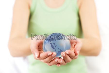 earth globe in menschliche haende