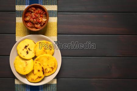 kolumbianische arepa mit hogao sauce