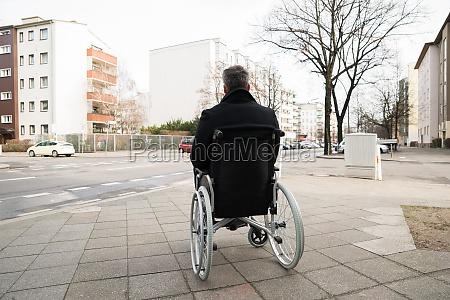 behinderte menschen auf dem rollstuhl in