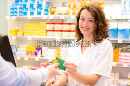 attraktiver apotheker der healt versicherungskarte nimmt