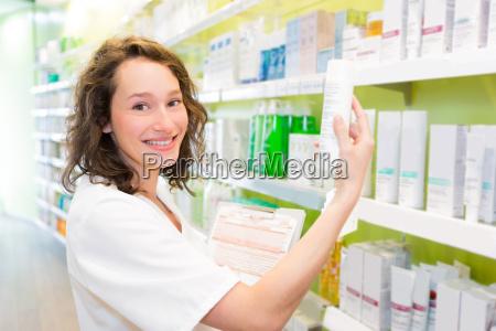 attraktive apotheker reinigen sie den speicher