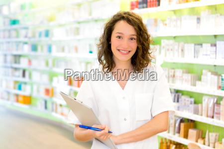 attraktive apotheker notizen bei der arbeit