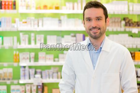 portraet eines attraktiven apotheker bei der