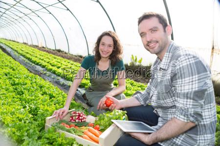 farmer lehren neuen mitarbeiter garten
