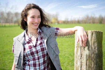 portraet eines jungen attraktiven bauern in