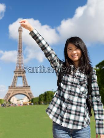 junge attraktive asiatische touristen vor der