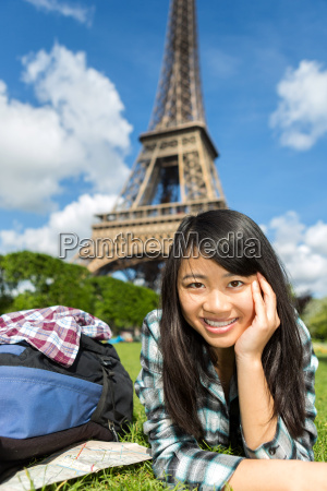 junge attraktive asiatische touristen ihre reise