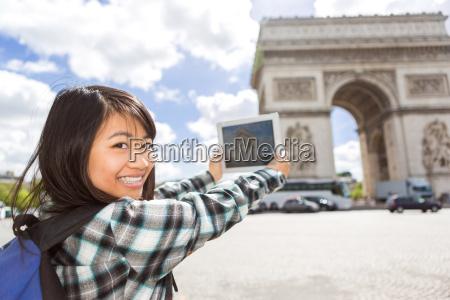 junge attraktive asiatische touristen die fotos