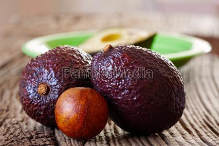 zwei reife avocados und avocadokern