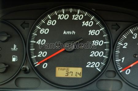 auto armaturenbrett mit geschwindigkeit und kilometerzaehler