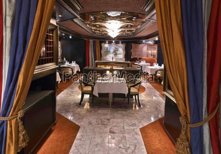 luxurioeses klassisches restaurant mit schoener tisch