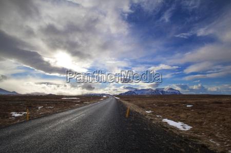 snowy vulkanlandschaft mit dramatischen wolken in