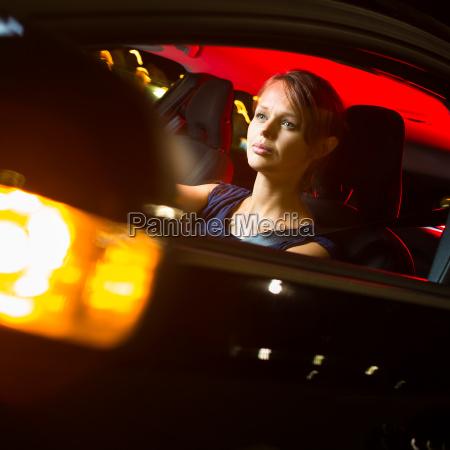 fahren eines autos in der nacht