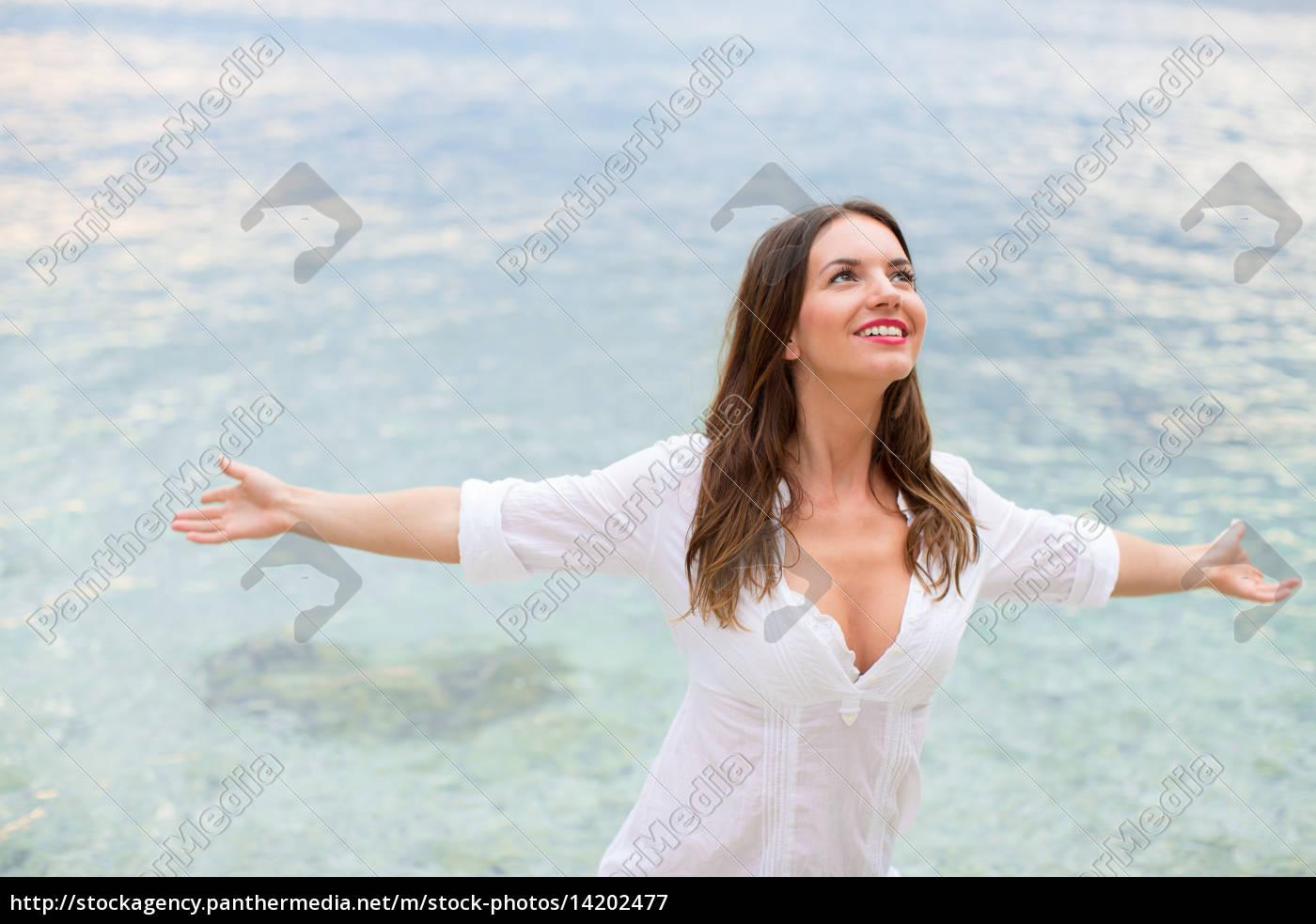 frau, entspannt, sich, am, strand, mit - 14202477
